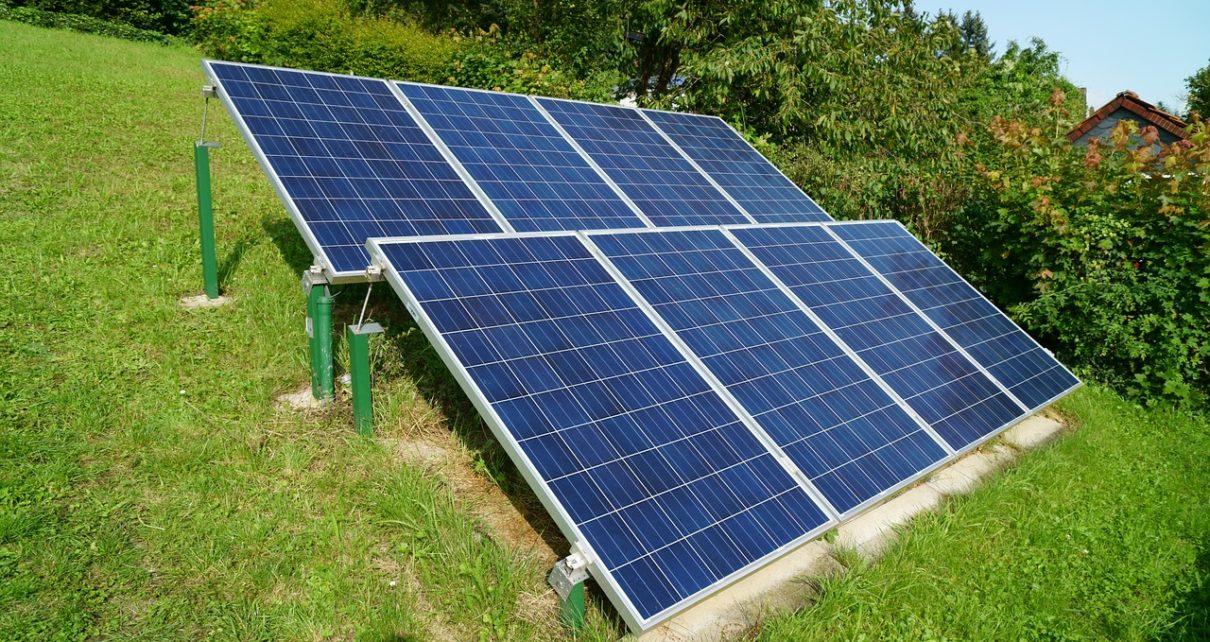 Montaż instalacji z paneli słonecznych